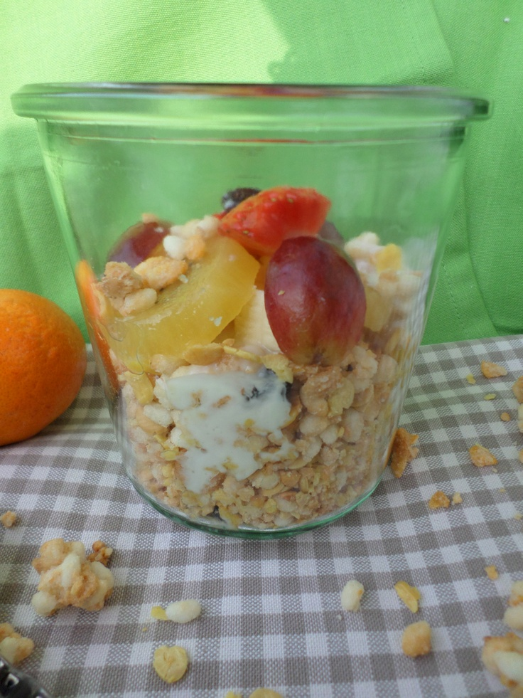 Fruity muesli with rice pops and yoghurt | Fruchtiges Müsli mit Reis-Pops und Joghurt