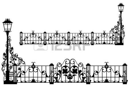 gül çiçeklerin arasında sokak ışık ve kapıları ile güzel antika demir çit - siyah siluet photo