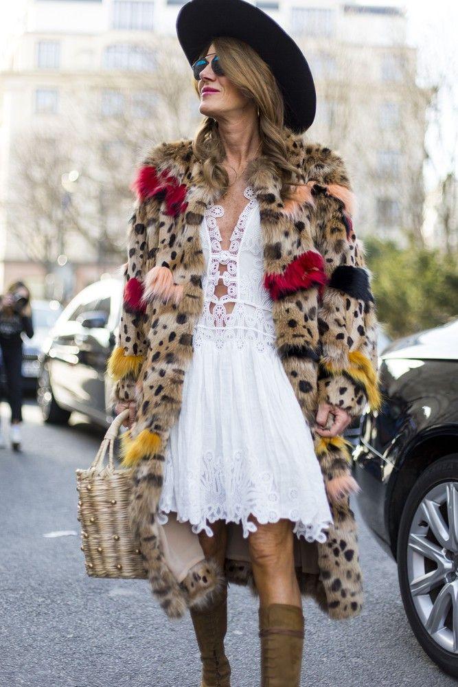 Koronka chyba nigdy nie przestanie być modna. W tym sezonie projektanci bardzo chętnie sięgali po nią w swoich kolekcjach. Pojawiała się zarówno na spódnicach, sukienkach jak i bluzkach. Absolutnym hitem, ale też propozycją dla osób lubiących eksperymenty, są koronkowe spodnie typu dzwony. Szukacie pomysłu na stylizację karnawałową? Postawcie na koronkę!