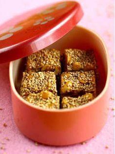 Le nougat chinois est une confiserie de la cuisine chinoise à base de sucre, de miel, de cacahuètes et/ou de graines de sésame. Il peut être mou ou dur, selon la matière sucrée utilisée et la quantité d'arachide. Voici notre recette de nougats mous !