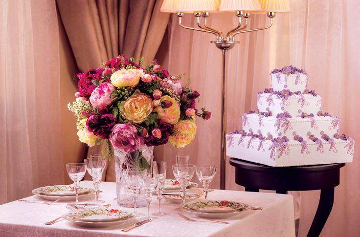 Гармоничные цветочные композиции на столах, рисунках на посуде, в декоре свадебного торта