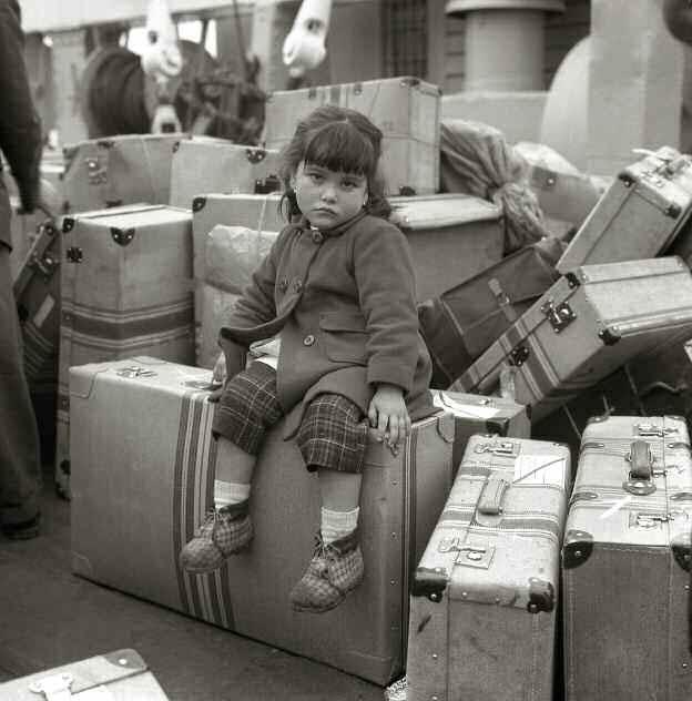 Aguardando a su madre sentada sobre las maletas. La Coruña, 1963. Adeuses de  Alberto Martí