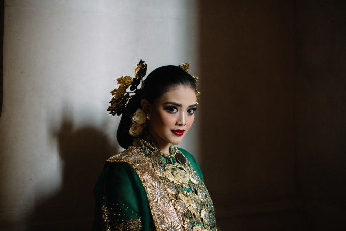 Indonesian traditional wedding | A Couple's Multicultural Wedding In Jakarta And Ngentak Village | http://www.bridestory.com/blog/a-couples-multicultural-wedding-in-jakarta-and-ngentak-village