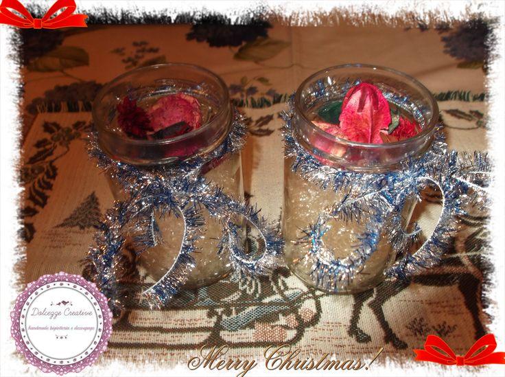 vasetti con fiori profumati alla fragola paglietta e fiocchi blu argento