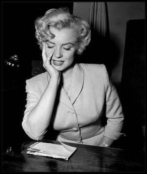 26 Juin 1952 / (Part II, photos George SILK) Marilyn fut appelée à témoigner devant le juge Kenneth HOLADAY dans le procès contre Jerry KAUPMAN et Morie KAPLEN, accusés de vendre des photos de nus par correspondance et d'avoir utilisé à cette occasion le nom de Marilyn pour leur publicité... (voir suite de l'article sur blog).
