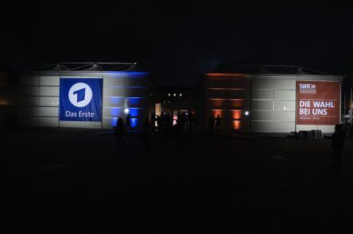 Im März 2016 fand die Landtagswahl in Baden-Württemberg statt. Im Auftrag von ARD (SWR) und ZDF erreichtete De Boer drei temporäre TV- und Hörfunkstudios.