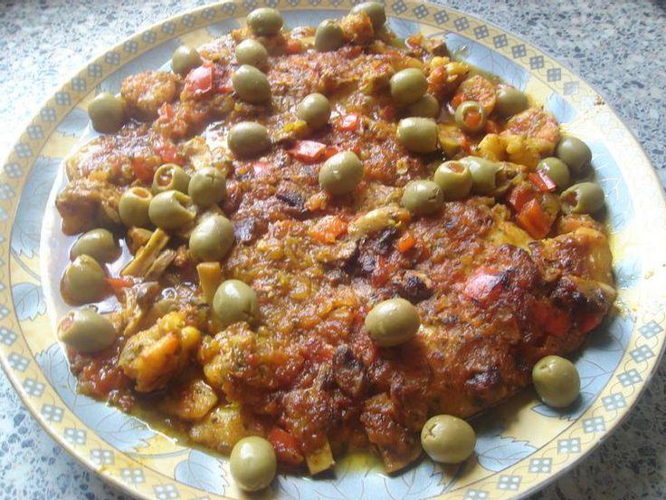 Een lekker recept voor Marokkaanse visfilet uit de oven. Meng alle ingrediënten met elkaar, behalve de visfilets. Neem een ovenschaal en doe hierin de helft van je marinade. Leg hi