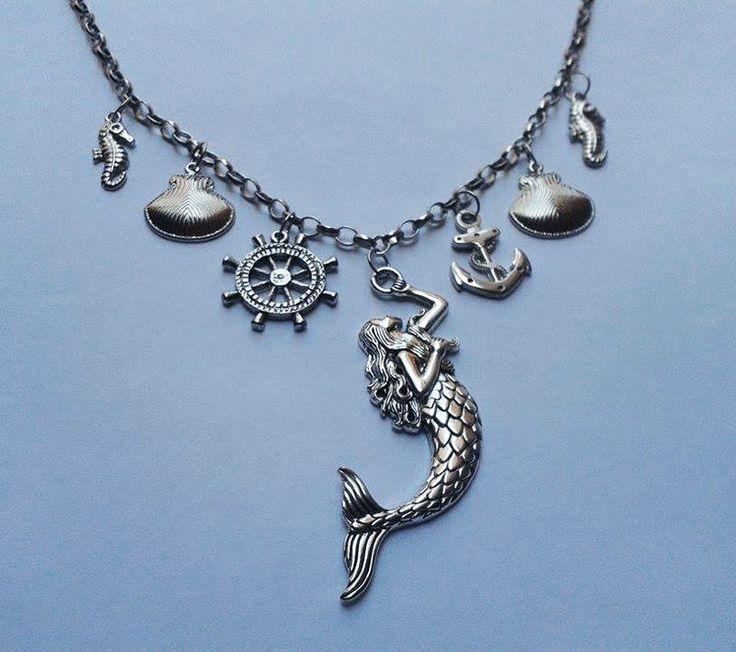 Colar com pingentes tema Mar:Sereia, âncora, conchas, timão e cavalos-marinhos. Em metal banho prata.