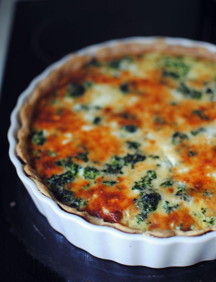 En nem opskrift på en lækker grøn tærte med spinat og ost. Perfekt at spise sammen med en salat eller med lidt bacon på toppen.