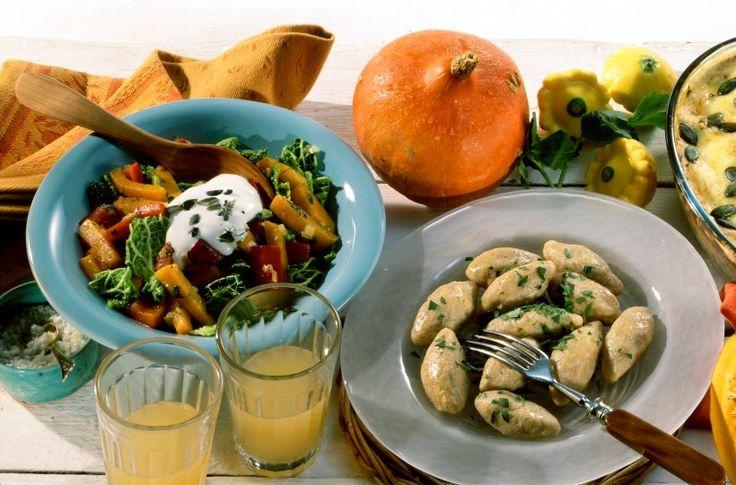 Wärmendes Kürbis-Wirsing-Gemüse  - Haben Sie schon einmal Kürbis-Gnocchi probiert? Wenn nicht, wird es allerhöchste Zeit! Parmesan sorgt zusätzlich für ein ganz besonderes Aroma, ein vollmundiges Kürbis-Wirsing-Gemüse rundet das Ganze ab.