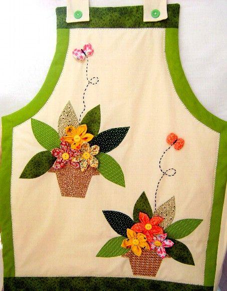 avental em tecido algodão com aplicação de flores em tecido. R$45,00