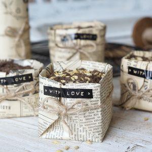 Askartele erilainen virpomisvitsa. Tee itse paperiperhosia lahjapaperista, kartongista tai sanomalehdestä koristeiksi.   Kodin Kuvalehti