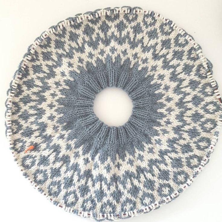 En ny #riddari #påpinnene. To-farget denne gangen og i #dropsnepal.  #knitting #strikking