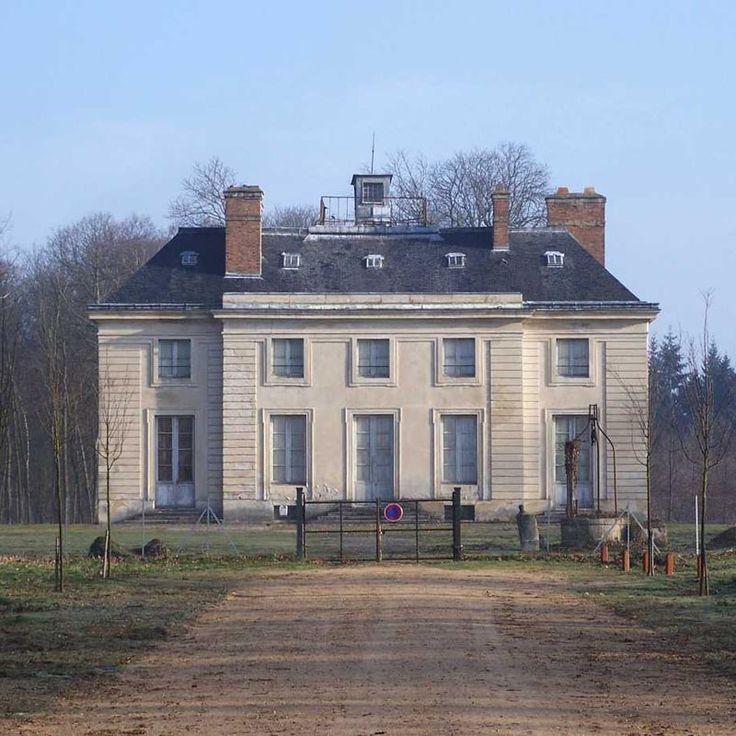 Le petit château de La Muette était un simple relais de chasse établi dans le parc de Saint-Germain-en-Laye. Commandé par François I°, cet édifice au plan trés découpé figurait au nombre des constructions les plus curieuses attribuées au roi à la salamandre. Rapidement démodé, il fut délaissé et disparut au 17°s. Il a été remplacé au 18°s par un pavillon commandé par le roi Louis XV