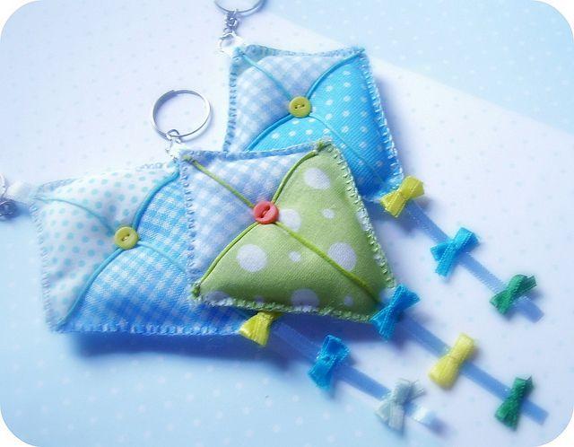 Chaveirinhos de pipa como lembrancinhas de maternidade: que linda ideia!