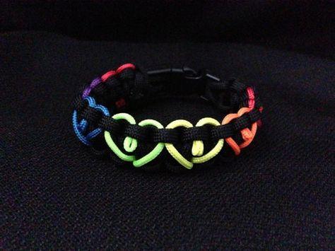 He encontrado este interesante anuncio de Etsy en https://www.etsy.com/es/listing/126681137/rainbow-hearts-paracord-bracelet-custom