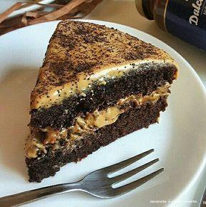 La torta al cioccolato con crema al caramello è una di quelle torte superbuone e golosissime. La base è sofficissima e umidissima e la crema è deliziosissima.