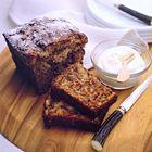 Chocolade-bananencake ingrediënten 3 rijpe bananen, geprakt 170 g fijne tafelsuiker 185 g zelfrijzend bakmeel, gezeefd 2 eieren, op kamertemperatuur, licht geklopt 60 ml olijfolie 60 ml melk 100 g pure chocolade, geraspt 90 g walnoten, fijngehakt