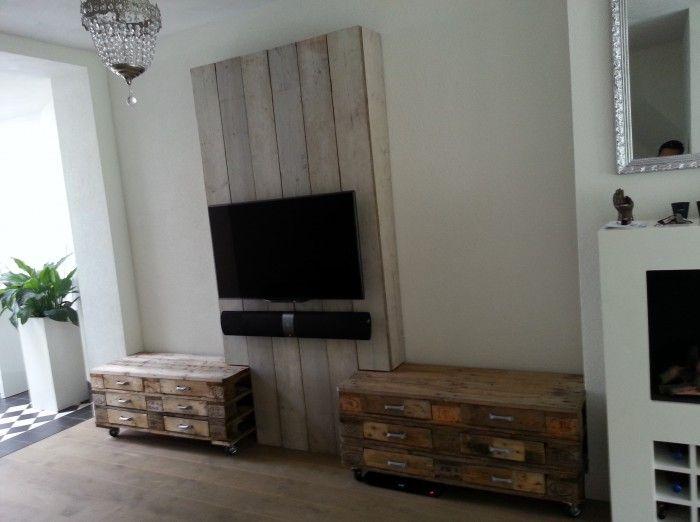 Zelf 2 ladekastjes gemaakt van oude euro pallets. Dit gecombineerd met steigerhout om er een tv meubel van te maken. Ideaal om alle kabels netjes weg te werken, en erg veel opbergruimte vanwege de vele lades.