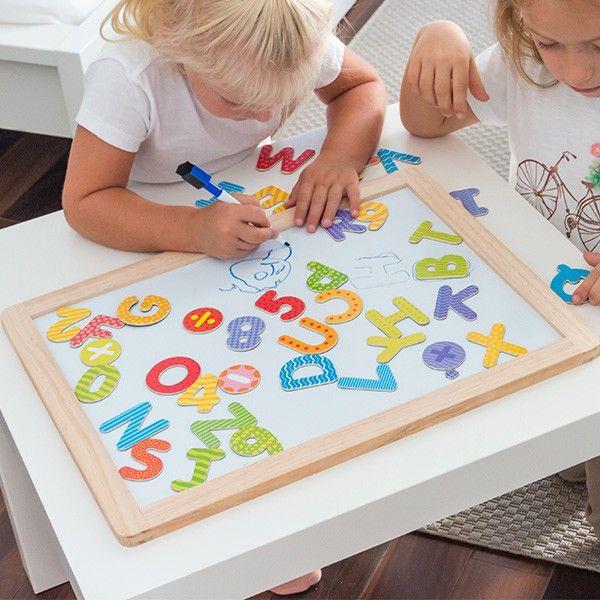 Se aprecia jogos educacionais para crianças, aqui tem o quadro branco magnético com letras e números!  Quadro branco com moldura de madeira 1 marcador com tampa-borracha 40 peças magnéticas (4 sinais matemáticos, 26 letras e 10 números) Dimensões aprox.: 45 x 35 x 1,5 cm Idade recomendada: 3+ anos