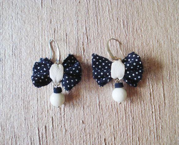 Blau Polka Ohrringe, pin-up Ohrringe, Bow Ohrringe, Rockabilly Ohrringe, 50er Jahre Schmuck, Polka Dots Ohrringe, Ohrringe 50er Jahre, retro Ohrringe Kostenloser Versand für die Schweiz.  INSPIRATION Ich war für diese Ohrringe inspiriert der 50er-Jahre-Stil so lustig und bunt, ich liebe die Pin-up Girls ironisch und wunderschöne Frauen. Jemand sagt: Weniger ist mehr, aber manchmal ist einfach nur langweilig... Lasst uns Spaß haben!!!  BESCHREIBUNG Ich handgemachte diese Ohrringe, mein Ziel…