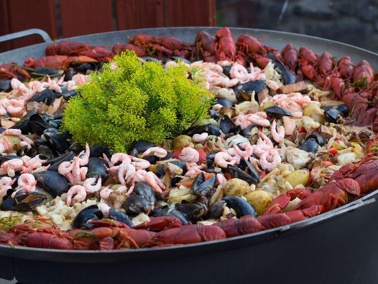 Fiskgryta från hav, sjö och land med dillpesto | Recept från Köket.se