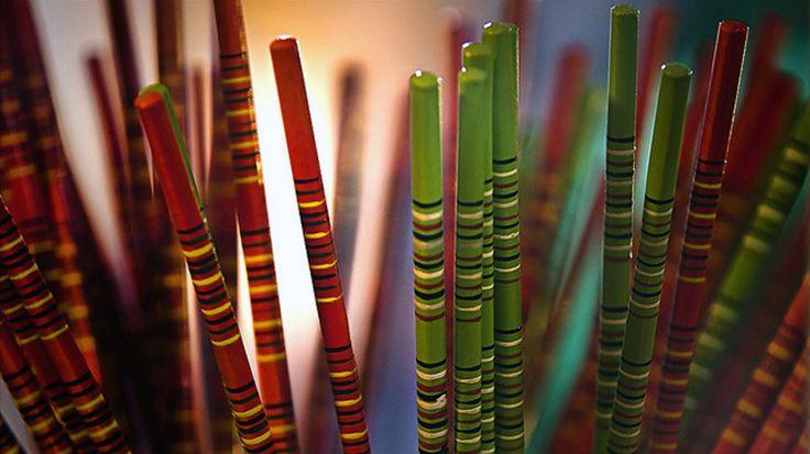 筷子雖小,但在人類文明史上,卻是一項了不起的科學發明。著名物理學家李政道博士指出:筷子如此簡單的兩根東西,卻精妙絕倫地應用了物理學上的槓桿原理。一位外國學者從研究筷子的力學結構中發現,人們使用筷子,至少可牽動30多個關節和50多條肌肉運動,還能激發大腦,阻止和延緩腦細胞的退化,也就是說能夠促進大腦功能的發揮。科學家們認為,長期使用筷子,可以使手指靈活,腦子聰明,有益於身心健康。由此可見中國的筷子在世界餐具中獨樹一幟。