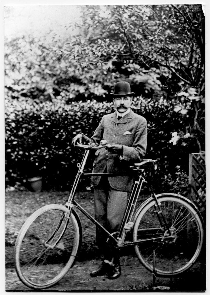 1900-1910: Edward Elgar and his bicycleElgar-with-bicycle-c-1900..jpg (2000×2806)