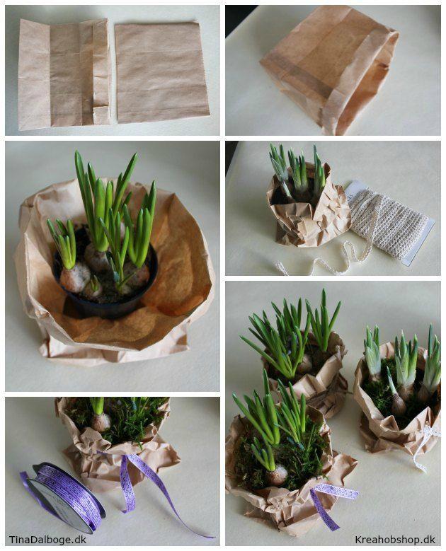 Bordpynt til fester - blomster og forårsløg i brune papirsposer i stedet for urtepotteskjulere.