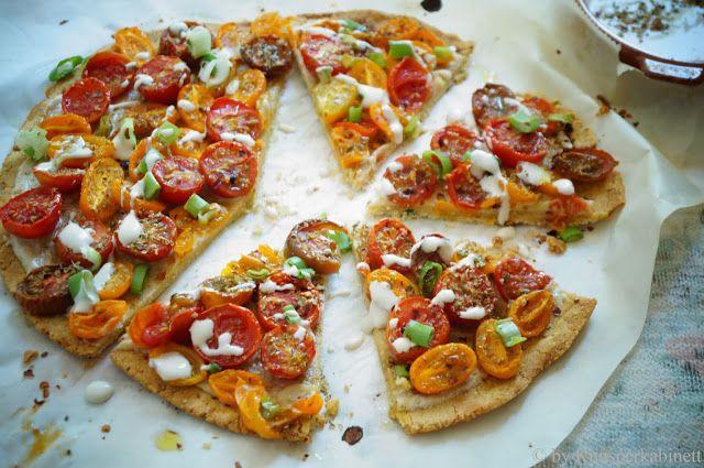 Vegane und glutenfreie Pizzarustica ai Pomodorini (mit Kichererbsenboden und Cashewsauce)