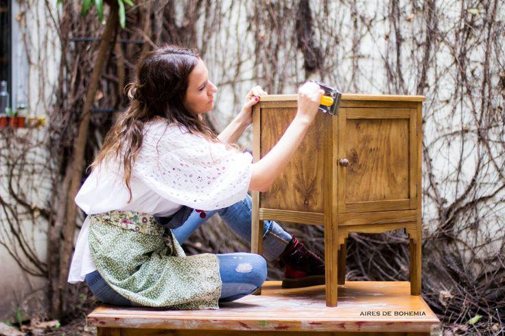 En este tutorial, te muestro como lijar y teñir la madera y a hacer una patina con pincel seco. Como yapa,  utilizo figuras de mdf cortadas con laser para darle un carácter mas personal!   Andá buscando ese mueble que tenés por ahí arrumbado, y empecemos a trabajar!  Encontrá el paso a paso escrito, tips y mas info útil acá:  http://www.airesdebohemia.com.ar/search/label/Tutoriales #furnituremakeovers #reciclado #mueblesreciclados #patinas #chalkpaint #DIY #paintedfurniture #distressed #deco