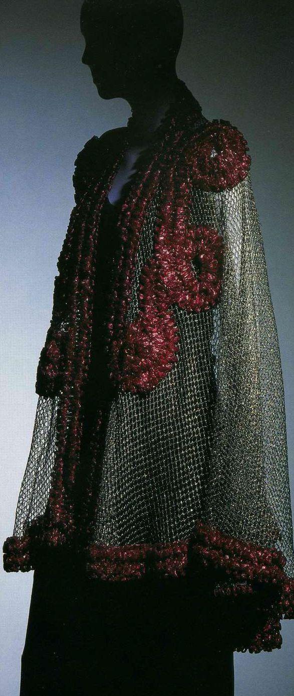 Вечерний плащ (пелерина). Эльза Скиапарелли, 1937. Серебристая ткань ламе, сетка с отделкой из целлофана цвета «шокирующий розовый».