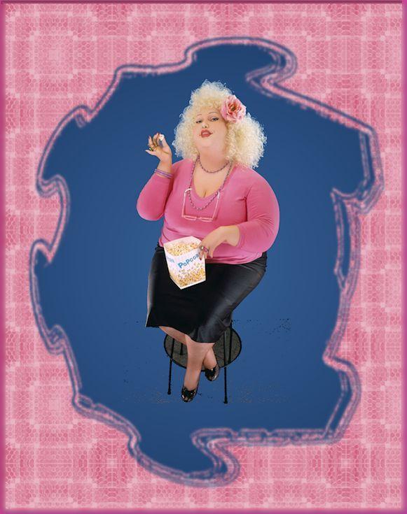 #femme #ronde #blonde #popcorn #cinéma #rose #noir #bleu #full-figured #large size  #movie // Femme ronde assise sur un tabouret, en train de manger du maïs soufflé // Large lady sitting on a stool, eating popcorn