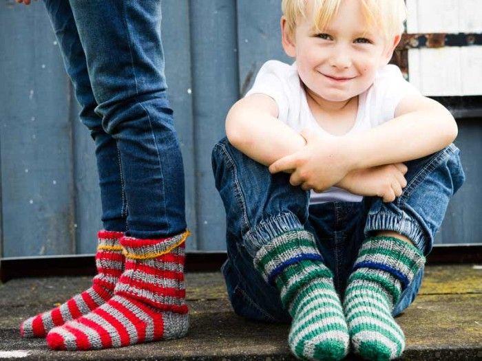 Sticka randiga strumpor till barn gratis beskrivning