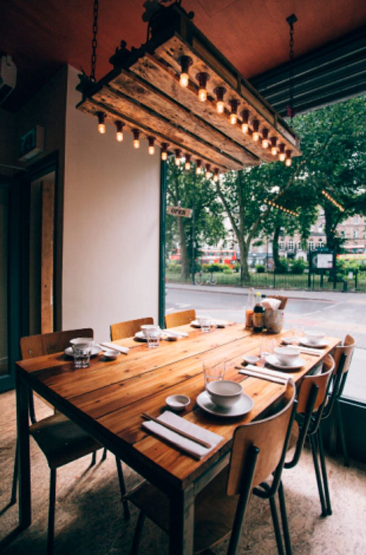 mesa madera reciclada estilo industrial ventanal mesa puesta con boles y platos