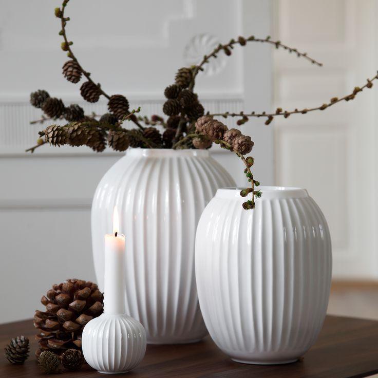 I Hammershøi serien findes alt hvad du behøver for at dække et flot bord - kopper, skåle, tallerkener og karafler. Nu findes der også lysestager og vaser. Se den smukke Hammershøi serie fra Kähler på vores webshop.