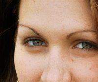 Remedios caseros para disminuír las ojeras y las bolsas debajo de los ojos usando productos naturales como pepino, manzanilla, té verde, papa, aceite de almendras.
