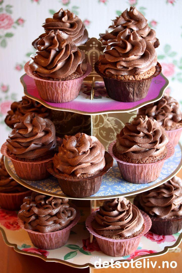 """Sjokolademuffins med sjokoladekrem - eller """"Sjokoladecupcakes"""" om du vil - er supert å kose seg med denne siste helgen i januar!  Happy weekend!"""