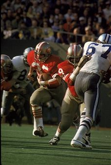 Running back Larry Schreiber #35 of the San Francisco 49ers runs upfield against the Dallas Cowboys in the 1972 NFC Championship Game at Candlestick Park on December 23, 1972 in San Francisco, California. The Cowboys defeated the 49ers 30-28.