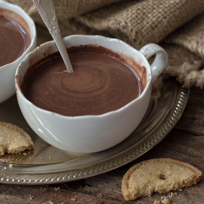 Die vegane Welt hält immer wieder neue Überraschungen bereit. Auch auf heiße Schokolade muss man nicht verzichten, wenn man sich vegan ernährt. Wenn sich Mandelmilch, Rohrzucker und hochwertiger Kakao vereinen, entsteht eine herrliche cremige Trinkschokolade, die sich nicht verstecken muss!
