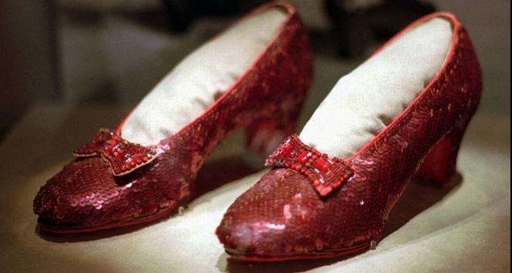 Os sapatinhos de rubi de Dorothy, personagem de Judy Garland no filme O Mágico de Oz (1939), é outro modelo que ganha lugar de destaque no século XX. Na história original, o par era prateado, mas o roteirista do filme, L. Frank Baum, consciente de que o longa seria feito em Tecnicolor, decidiu pelo rubi, que ficaria melhor nas telas de cinema Foto: AP