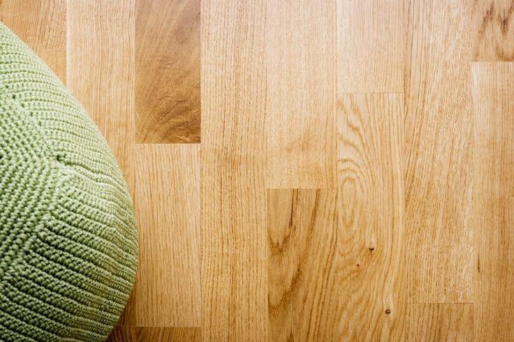 Parketti on aitoa luonnonpuuta kauneimmillaan ja yksilöllisimmillään. Puu on sisustusmateriaalina ympäristöystävällinen ja ekologisesti kestävä vaihtoehto tarjoten luonnetta, lämpöä ja mukavuutta kodin jokaiseen tilaan. Lisäksi aito puulattia tarjoaa sisustajalle ajatonta estetiikkaa sekä pitkäikäisen kumppanuuden elämän tärkeimmässä paikassa - kodissa. Trendit muuttuvat, mutta aidon puun viehätys ja arvo lattiamateriaalina säilyvät.