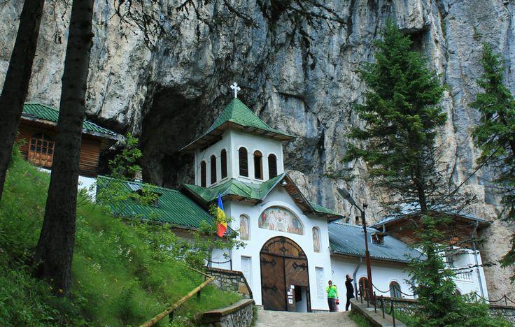 Minastirea Pestera Ialomicioarei ,Romania .
