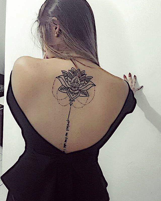Tattoo flor de lótus nas costas feita pela artista @teenaleite que atende no Studio @monstershousetattoo em Moema. Faça já seu orçamento: (11) 981304777 (11) 50937134 #tattoo #tattoogirl #tatuagemdelicada #tatuagemfeminina #tracosfinos #teenaleite #monstershouse