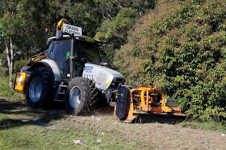 Council maintains more than 800 parks, foreshore areas and sporting fields, which are mowed on a rotational basis. We mow grass in non-residential areas along the roadside, verges and in drainage reserves.