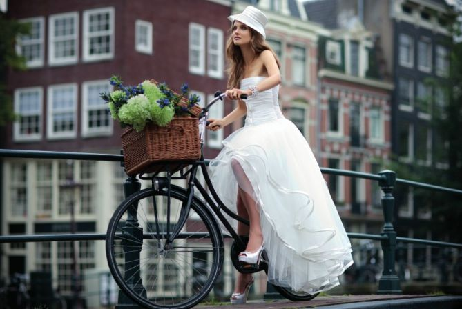 White wedding dress by Assepoester