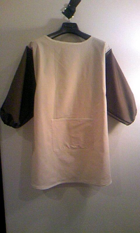 シンプルな色合いの地味可愛いを目指しました。イメージはビーグル犬!袖の茶色は耳♪サイズは既製服のM~L冬場はセーターの上から来ても余裕あり|ハンドメイド、手作り、手仕事品の通販・販売・購入ならCreema。