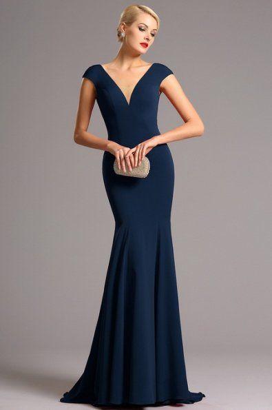 Vysoce elegantní tmavě modré plesové šaty hluboký výstřih na přední i zadní straně minirukávky zakrývající ramena            projmutý střih a všitá podprsenka materiál: mírně pružný samet délka 155 cm