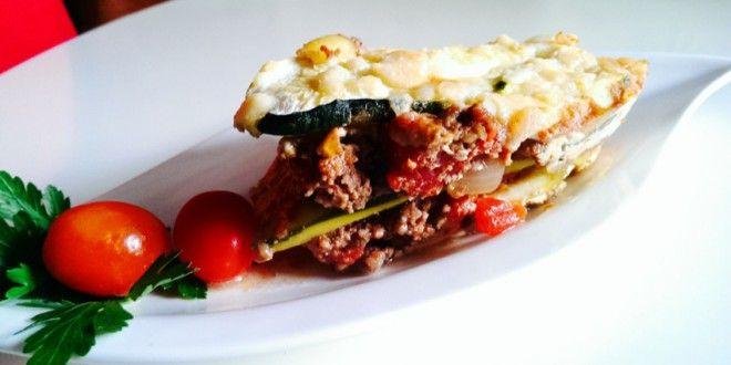 Statt der gewöhnlichen kohlenhydratreichen Lasagneplatten werden bei dieser Zucchini-Lasagne Zucchin