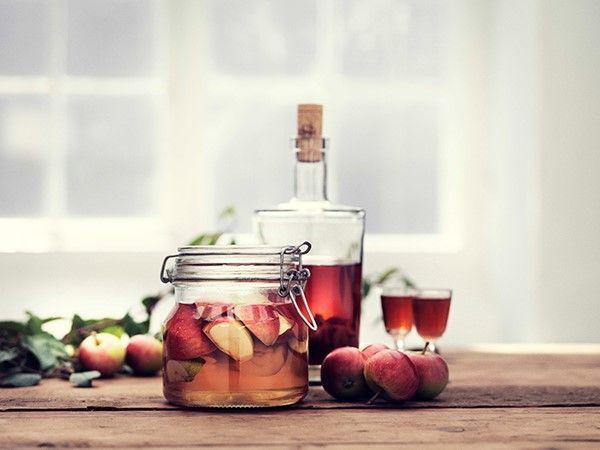 Anvend helst de røde paradisæbler hvis muligt. 1 stort glas fyldes halvt op med æbler, der er delt i to, og overhældes med Brøndums Klar snaps. Trækker i ca. 3 mdr., og filtreres derefter og hældes på flaske eller karaffel. Smager himmelsk til en kølig dessert eller et stykke lækker kage. Opskrift af Snapselauget Cimbrerne.